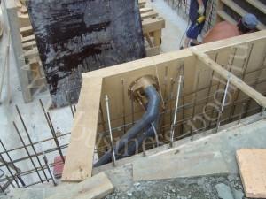Фото: Установка закладных элементов на стадии выставления опалубки