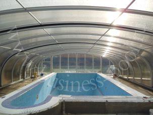 Фото: Уличный бетонный бассейн в павильоне