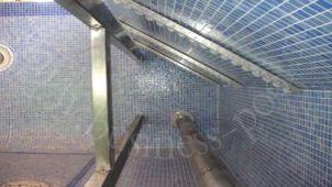 Фото: Вал жалюзи в стене бассейна с перегородкой из пластика или полиэстера