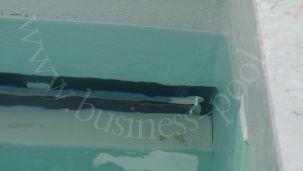 Фото: Вал жалюзи в стене бассейна с перегородкой
