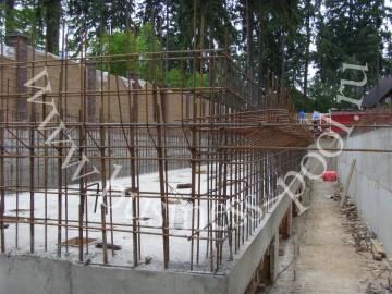 Фото: Второй этап строительства - армирование чаши бассейна