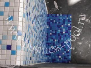 Фото: Отделка бассейна растяжкой из стеклянной мозаики