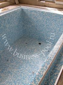 Фото: Отделка стеклянной мозаикой переливного бассейна