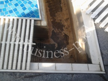 Фото: Разрушение гидроизоляции лотка перелива